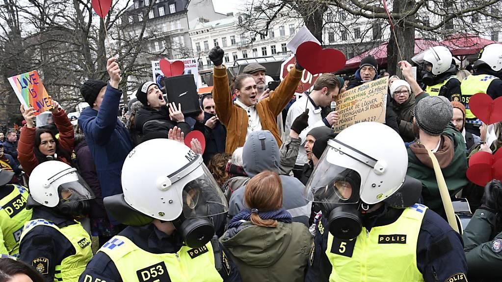 Bereitschaftspolizisten stehen auf einer Strasse bei einer Demonstration gegen die Massnahmen zur Eindämmung des Coronavirus.