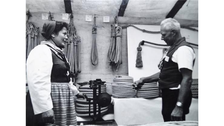 Aus früheren Zeiten: Zusammen mit Frau Waltraut zeigt Kurt Keller seine Arbeit. ZVG