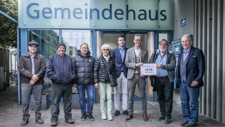 Michael Wiesendanger, Hermann Rüfenacht, Dieter Ammann, Marianne Fuchs-Holliger, Roland Haldimann und Franz-Udo Fuchs (v.l.) übergaben mehr als 1000 Unterschriften an Gemeindeschreiber Dario Steinmann und Ammann Markus Bircher (4. und 3. v.r.).