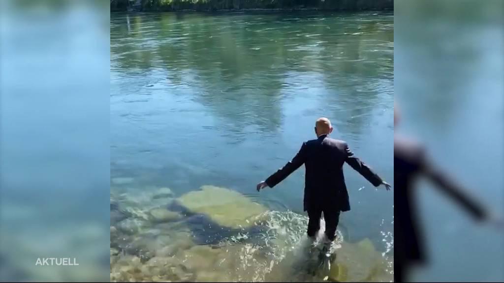 Zur Pensionierung: Daniel Koch geht im Anzug schwimmen