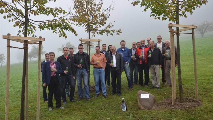 Die Vertreter der neun Spendergemeinden freuen sich mit ihren Thalner Kollegen über die drei beim Schulhaus gepflanzten Linden.