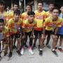 Mitglieder der in einer thailändischen Höhle eingeschlossenen Fussballmannschaft posieren nach einem Wohltätigkeitslauf ein Jahr nach dem Höhlenunglück.
