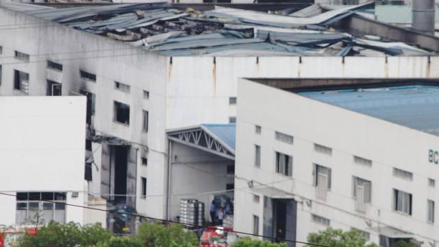 Blick auf das aufgerissene Dach des Fabrikgebäudes