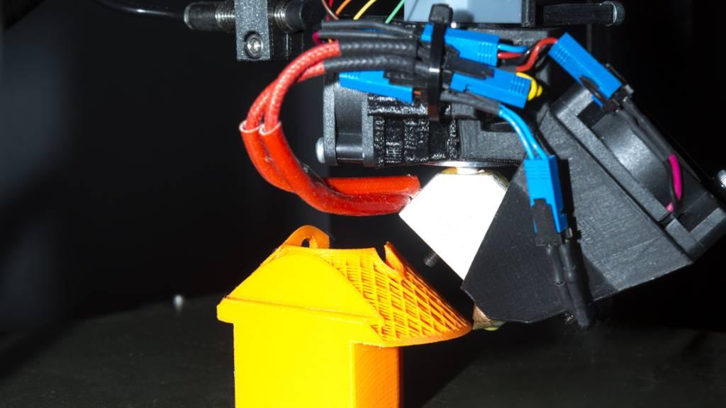 Dank eines geneigten und rotierenden Druckkopfs lassen sich nun komplexe Formen ohne Stützmaterial herstellen.
