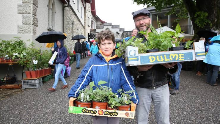 Theo Flückiger mit Sohn Joshua (11) aus Nussbaumen haben Gemüse für den Garten gekauft sowie Kräuter für Tee-Mischungen.