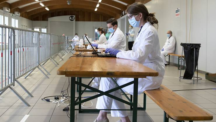 Medizinisches Personal im mobilen Coronavirus Testcenter im BEA Gelände in Bern. (Archivbild)