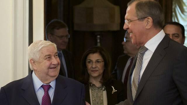 Russlands Aussenminister Lawrow (rechts) begrüsst seinen syrischen Amtskollegen Muallim in Moskau