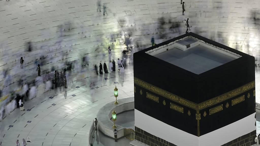 Gläubige umrunden die Kaaba in der Großen Moschee in Mekka. Saudi-Arabien hat wegen der Corona-Pandemie strenge Hygiene-Auflagen für die muslimische Wallfahrt Hadsch erteilt. Rund 36 000 Menschen reisten dem Nachrichtensender Al-Akhbarija zufolge nach Mekka, Tausende weitere sollten noch folgen. Foto: Amr Nabil/AP/dpa