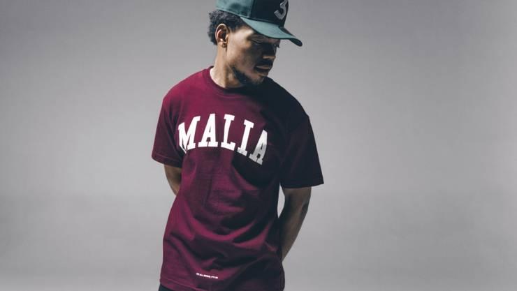 Chance the Rapper ist für sieben Grammys nominiert, ohne je einen Tonträger verkauft zu haben. Seine Songs kann man gratis von seiner Website herunterladen. Geld verdient er mit Auftritten und Merchandising - unter anderem mit einer Obama-Modelinie, aus der sein T-Shirt hier stammt.