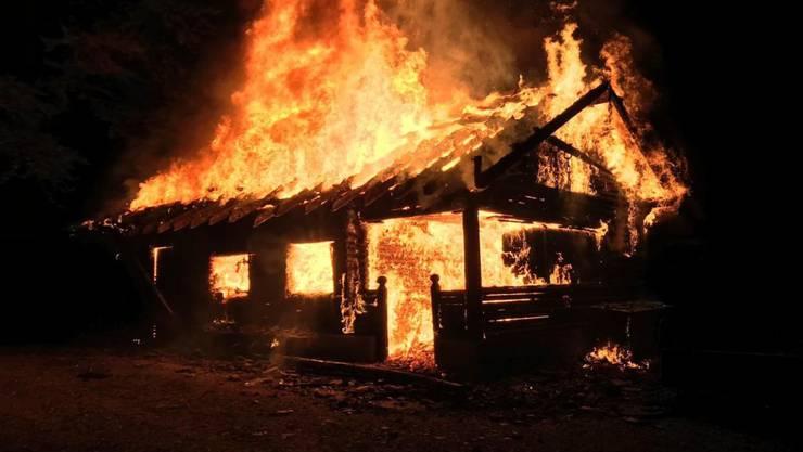 Nach einer Brandserie wurden die beiden Täter gefasst. Der 22-jährige Schweizer und die 17-jährige Schweizerin setzten in der Nacht auf Samstag die Waldhütte Merenschwand in Brand. Im Bild: Die Waldhütte in Merenschwand in Vollbrand.