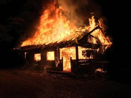 Merenschwand AG, 18. August: Die Waldhütte in Vollbrand: Vermutlich stecken Brandstifter dahinter. Der Totalschaden beläuft sich auf mehrere hunderttausend Franken.