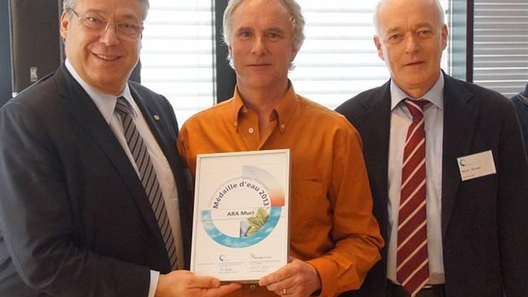 Filippo Lombardi (Ständeratspräsident, links) und Martin Würsten (Präsident Verband Schweizer Abwasser- und Gewässerschutzfachleute) übergeben Paul Strebel (Klärmeister Muri) die Auszeichnung. zvg