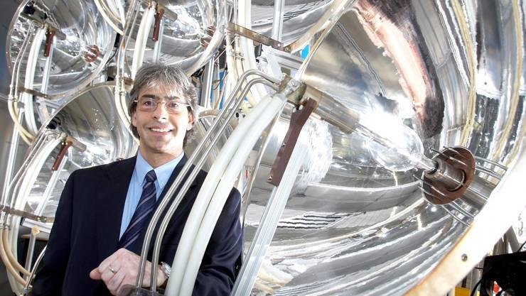 Aldo Steinfeld neben dem  PSI-Hochfluss-Solarsimulator. (Bild: Ho)