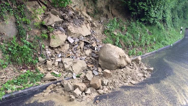 An der Strasse zwischen Schöftland und Unterkulm ist es zu einem Erdrutsch gekommen.