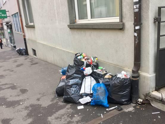 Und so sah es am Montagmorgen in der Innenstadt aus: lauter schwarze Mistkübel ohne Vignette. Trotzdem werden laut Angaben der Stadtreinigung ein Viertel weniger Abfallsünder gemeldet als vor einem Jahr.