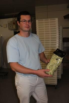 Remo Sutter präsentiert stolz seine Bärlauchnudeln.