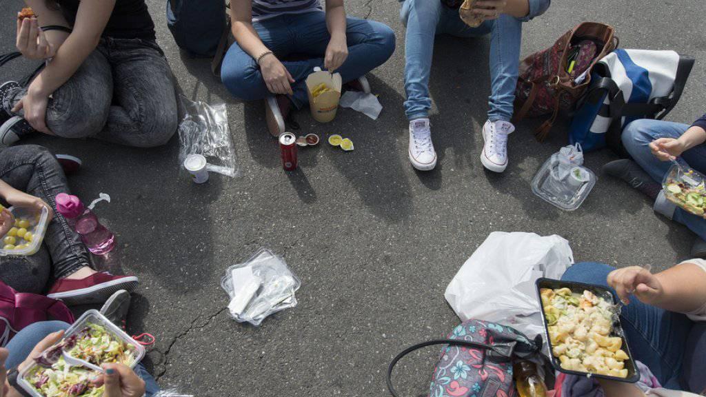 Mittagspicknick in der Berner Innenstadt: Die Stadtregierung möchte, dass weniger Wegwerfgeschirr verwendet wird.