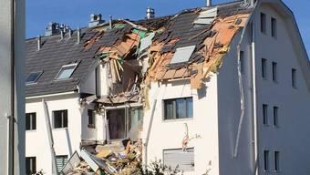 Kran kracht auf Haus in Urdorf – eine Person wurde laut Meldungen leicht verletzt. Der Sachschaden ist gross.