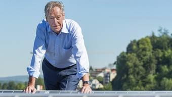 Urs Er erkannte früh das Potenzial der erneuerbaren Energien: Urs Steiner auf dem Dach des Liestaler EBL-Hauptsitzes.