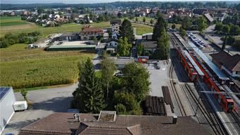 Blick in Richtung Lohn-Ammannsegg auf den Bahnhof Bätterkinden und den geplanten Depotstandort in der «Leimgrube» (Maisfeld in der Bildmitte links).