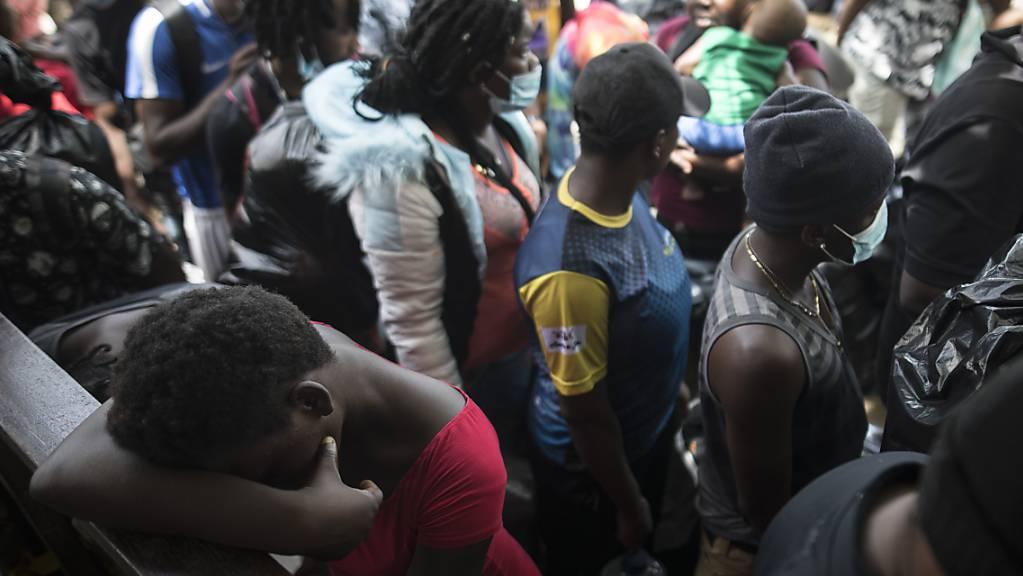 dpatopbilder - Migranten warten inmitten der Corona-Pandemie auf ein Boot, das sie nach Capurgana an der Grenze zu Panama bringen soll. Die Migranten nehmen sich vor, in die USA einzuwandern. Foto: Ivan Valencia/AP/dpa