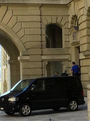 Nachdem der Fahrer den Van umparkiert hat, steigt Lauber im Schutz des Gefährts aus. Er dreht den Kopf weg, als er Richtung Hintertüre geht.