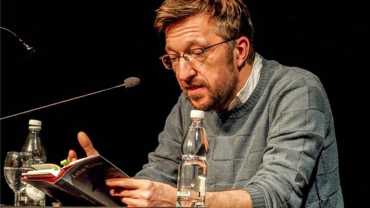 Kritischer, scharfzüngiger und humorvoller Autor - Lukas Bärfuss bei seiner Lesung im Odeon Brugg.