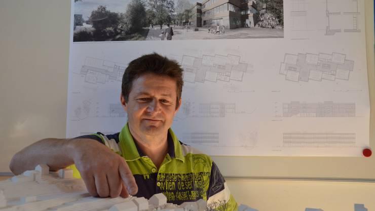 Ernst Brand, Präsident der Schulpflege, bei der Präsentation des Schulhausprojekts Haldenacher.
