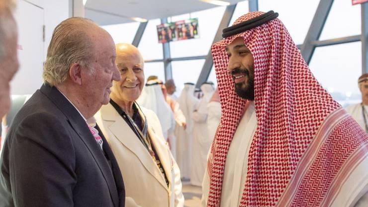 Bild des Anstosses: Spaniens früherer König Juan Carlos (l) und der saudische Kronprinz Mohammed bin Salman am Sonntag in Abu Dhabi.