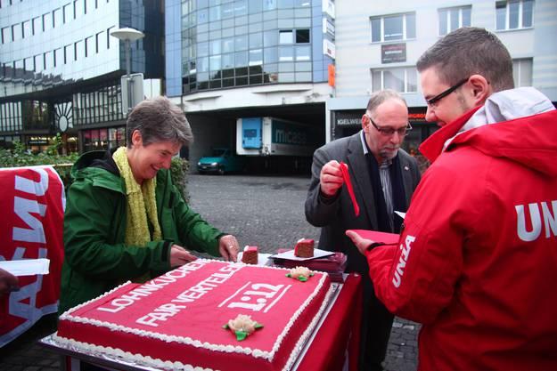 Gertrud Häseli, Präsidentin der Grünen Aargau, schneidet den Kuchen an.