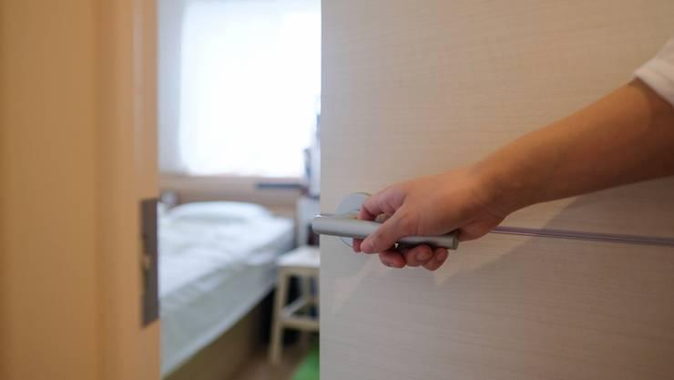 14 Tage müssen Personen, die mit Corona-Infizierten in direkten Kontakt kamen, in Quarantäne. (Symbolbild)