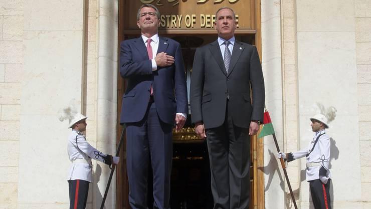 US-Verteidigungsminister Carter (l.) zu Besuch in Bagdad, hier bei seinem Amtskollegen al-Obaidi. Die USA wollen den Irak in ihrem Kampf gegen den IS militärisch und finanziell unterstützen.