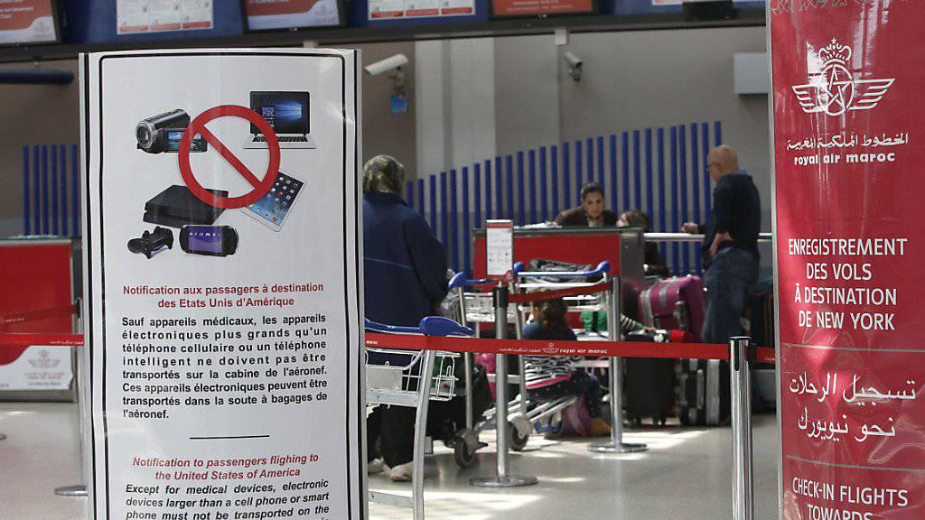 Ein Schild am Flughafen von Casablanca in Marokko verweist auf das Laptop-Verbot im Handgepäck auf Flügen in die USA. Einige Airlines verleihen Passagieren wegen dem Verbot nun Laptops während der Flüge. (Archiv)