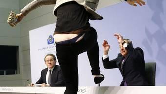 Die Frau überschüttete Draghi mit Konfetti und schrie «End EZB-Dictatorship»