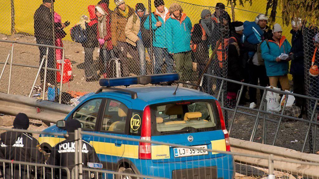 Slowenien reagiert auf den Schritt Österreichs: Beide Länder wollen die Zahl der einreisenden Flüchtlinge begrenzen.