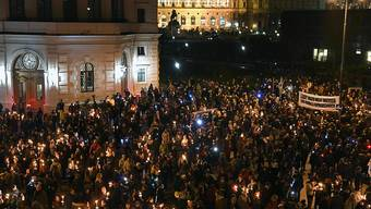 Tausende Menschen haben in Wien gegen eine Beteiligung der FPÖ an der neuen Regierung demonstriert. (Helmut Fohringer/APA)