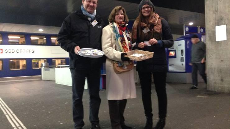 Kurt Leuch, Chris Ilg-Lutz und Nadine Burtscher (v.l.) beim Verteilen der Weihnachtsguetzli am Bahnhof Dietikon