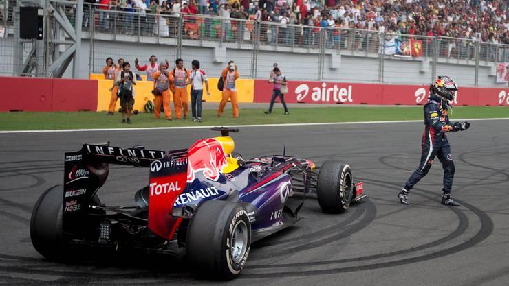 Eine Siegesdrehung hingelegt, dann steigt Vettel aus seinem Fahrzeug