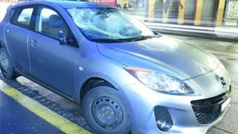 Spuren der Kollision: An der Baselstrasse in Luzern erfasst ein Auto einen Fussgänger.