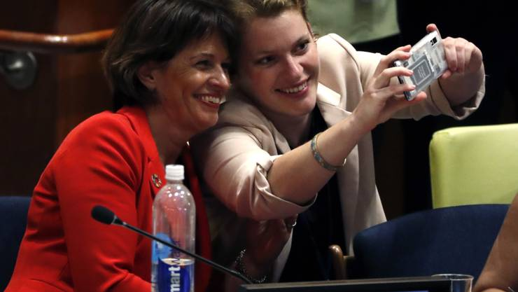 Bundesrätin Doris Leuthard (links) und Sophie Neuhaus, Vertreterin der Jugendverbände der Schweiz, machen bei ihrem Auftritt in New York ein Selfie.