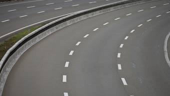Unbekannte Jugendliche warfen am Montagmorgen Steine von der Fussgängerbrücke Sonnenhofweg auf die Autobahn H18.