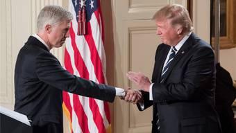 Handschlag vom Präsidenten: Neil Gorsuch und Donald Trump. MICHAEL REYNOLDS/EPA/Keystone