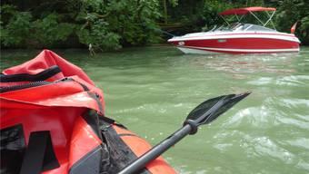 Es gäbe noch Luft nach oben: Mit leichtem Neid geht der Blick aus dem Schlauchboot hinüber zum schnittigen Motorboot.