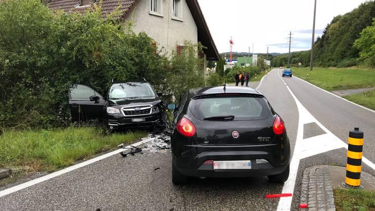 Ein Neulenker verursacht in einem Kreisel in Safenwil eine Frontalkollision mit einem anderen Personenwagen.