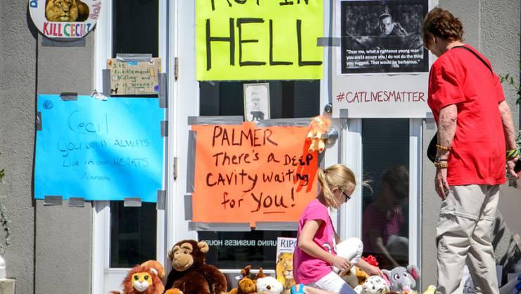 Protestnoten vor der Zahnarztpraxis des Löwenjägers Dr. Walter Palmer.