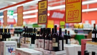 Mit hohen Rabatten locken die Detailhändler die Weinkonsumenten in die Läden.