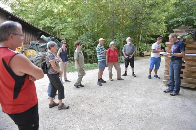 Revierförster Patrik Mosimann erläutert bei der Holzerhütte die diversen Aufgaben seines Teams und der Bürgergemeinde, der der Wald und die Grenchenberge gehören.