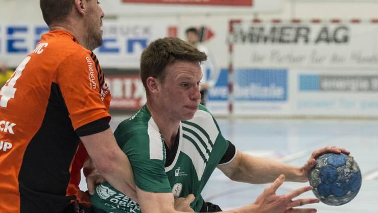 Wacker Thuns Lenny Rubin (rechts) verwandelte beim 27:20-Sieg im Spitzenkampf gegen St. Otmar St. Gallen alle seine vier Strafwürfe