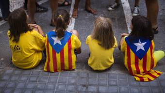 Sehr junge Referundums-Anhänger mit katalanischer Flagge