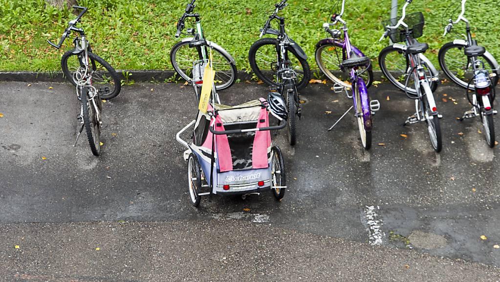 Laut der Beratungsstelle für Unfallverhütung sind Anhänger die sicherste Variante, um Kinder mit dem Velo zu transportieren. (Archivbild)
